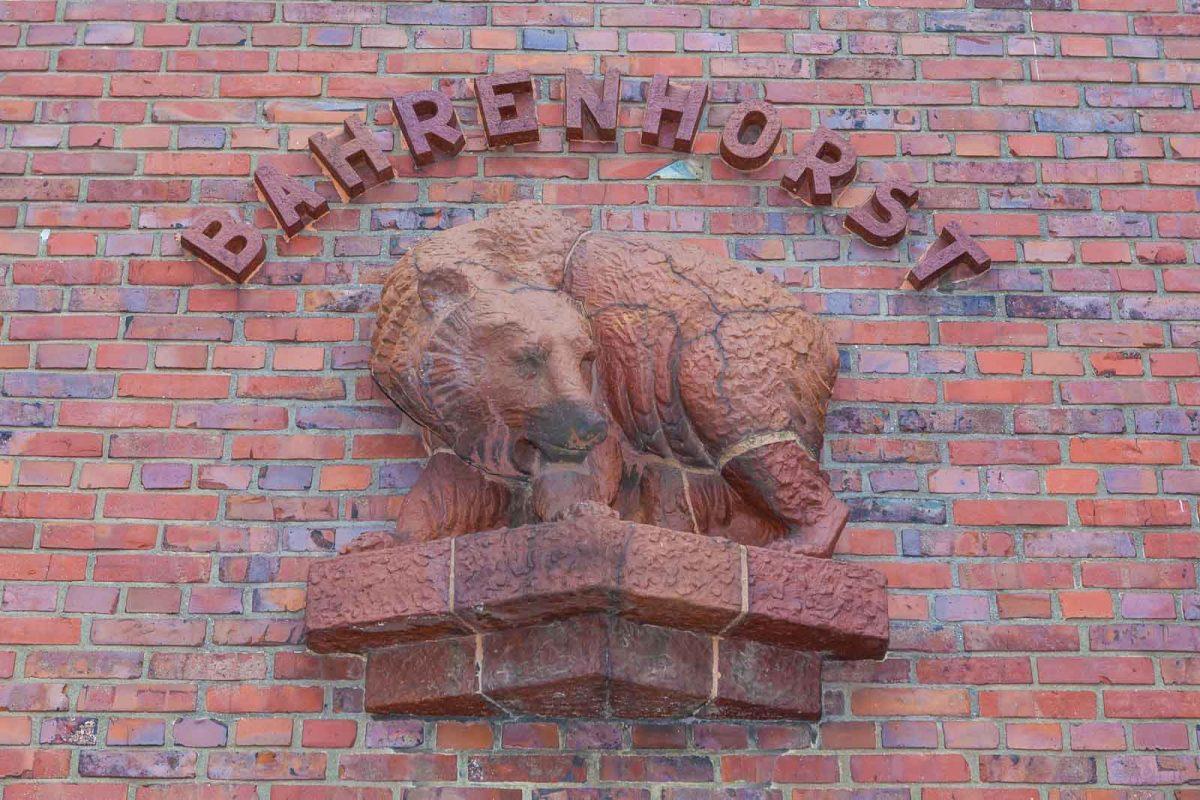 Der steinerne Bär an der Fassade ist ein Wahrzeichen des Hauses