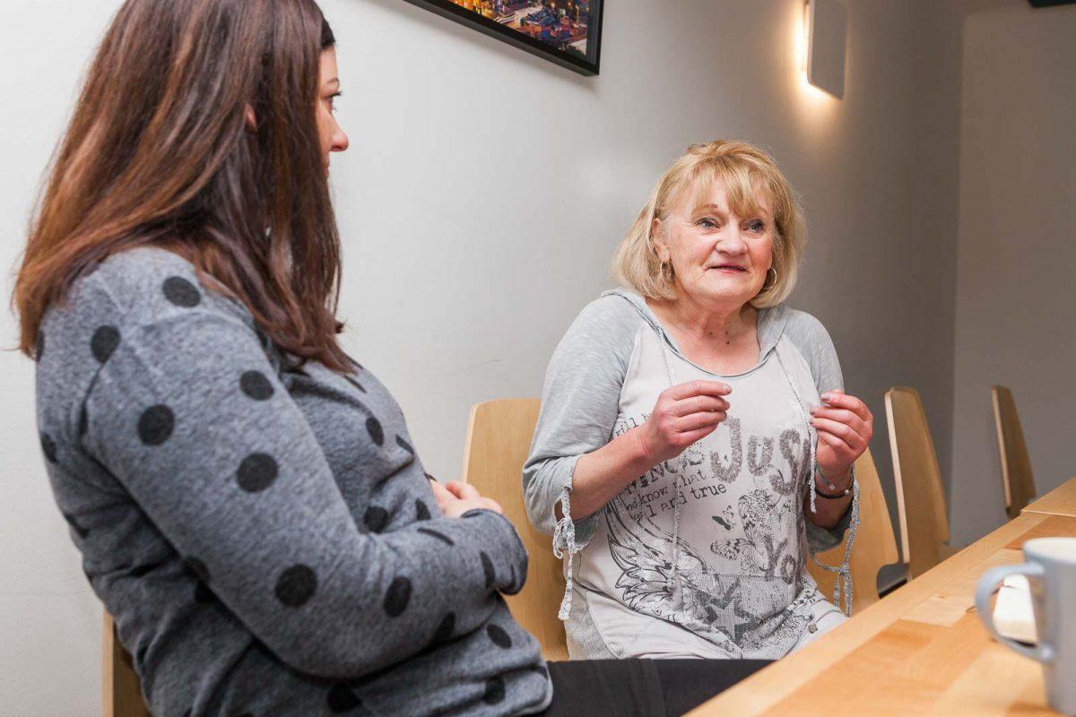 Angelika D. erzählt Via-Mitarbeiterin Melanie Dams von ihrer Woche