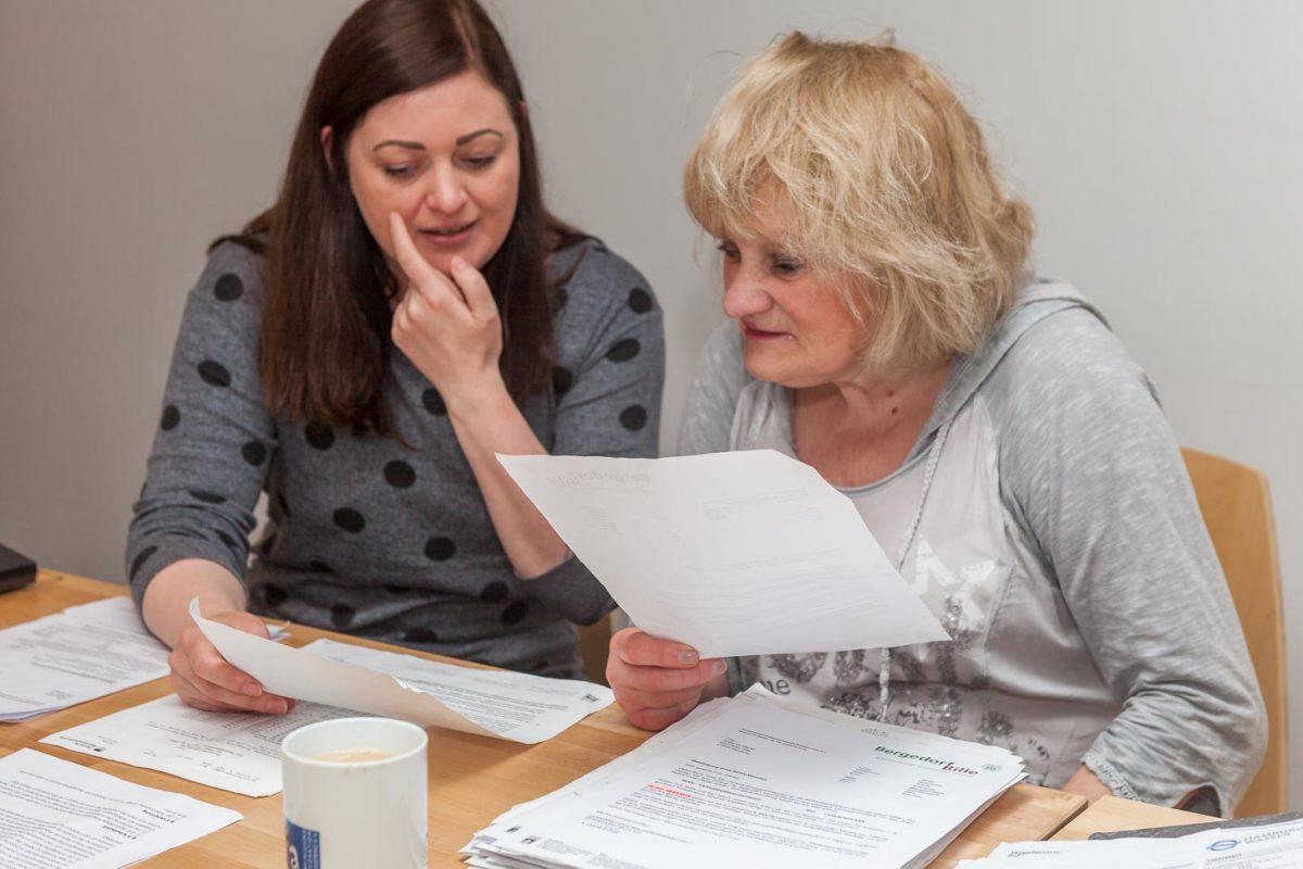 Seit ihrer Scheidung benötigt Angelika D. Hilfe bei Behörden- und Geldangelegenheiten