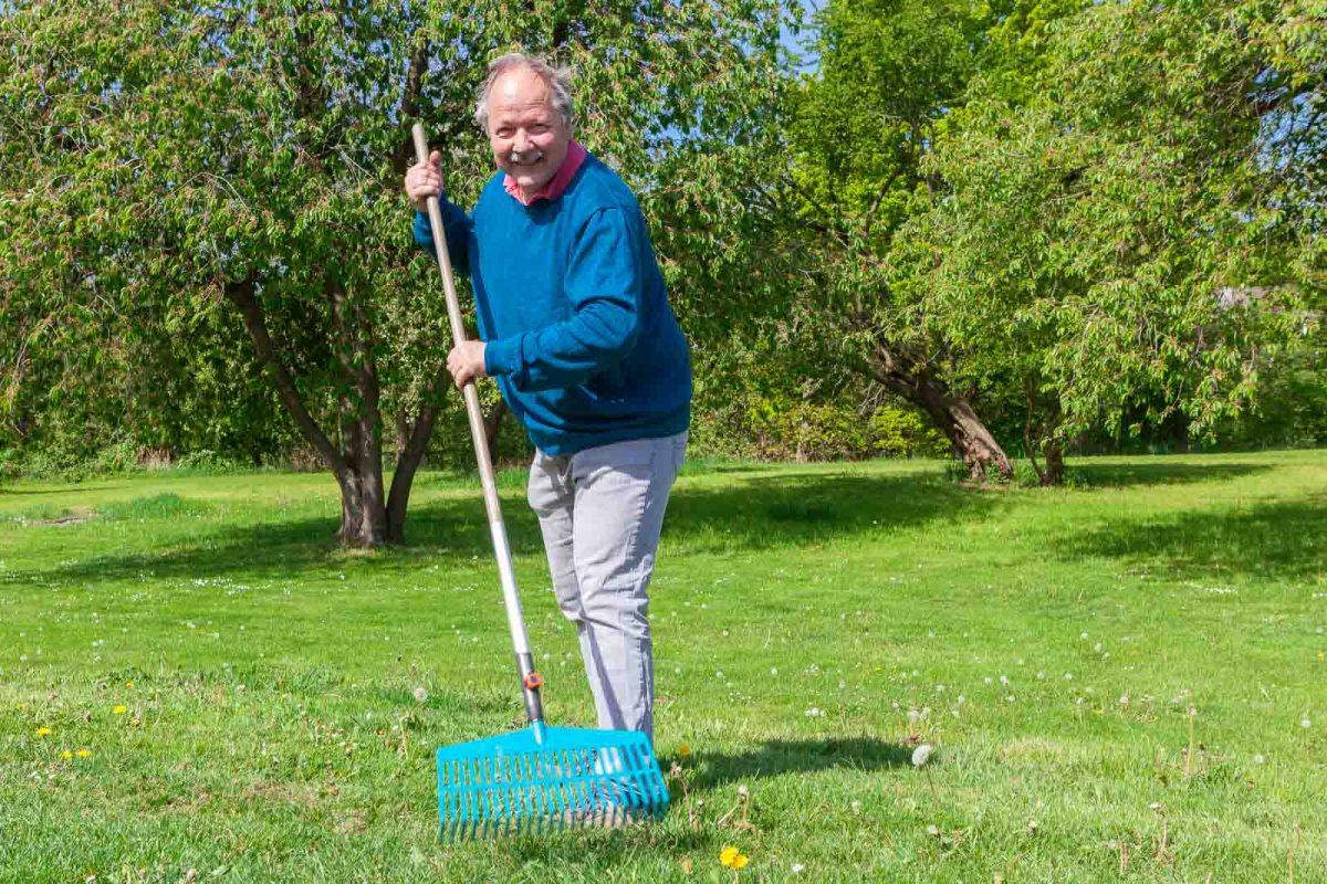 Bewohner Michael H. macht sich im Garten nützlich