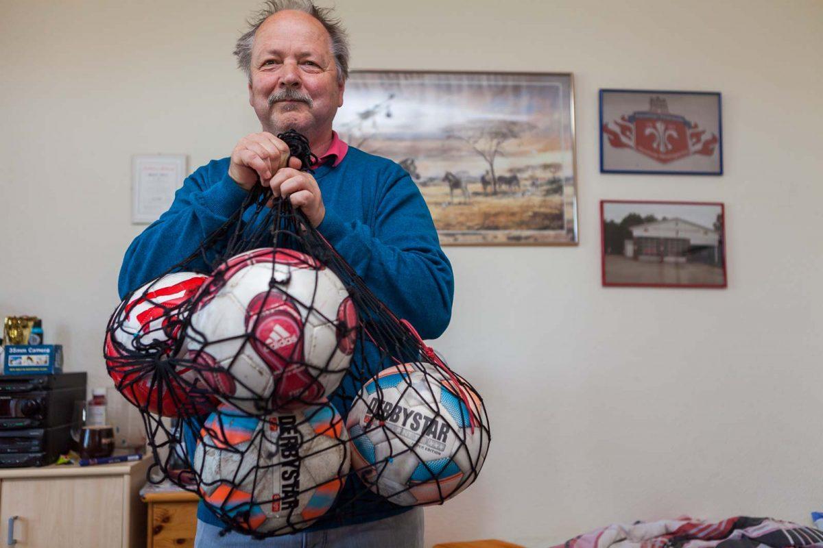Tausendsassa Michael H. macht beim Fußball auch schon mal den Platzwart