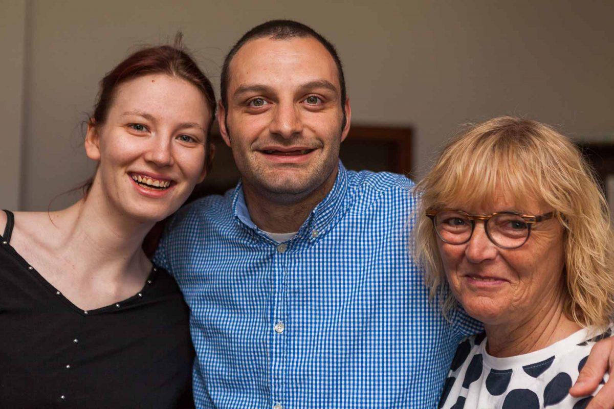 Cindy M. und Salvatore N. mit ihrer Betreuerin Uschi