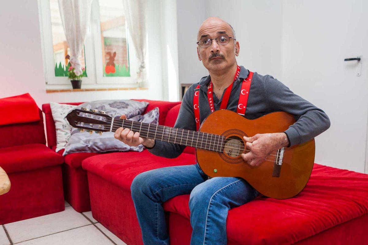 Bewohner Suleyman D. unternimmt musikalische Versuche auf der Gitarre