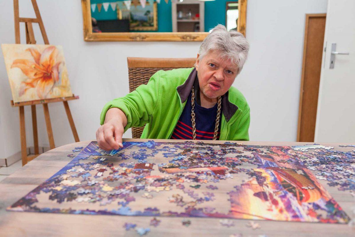 Bewohnerin Ulla D. puzzelt für ihr Leben gern