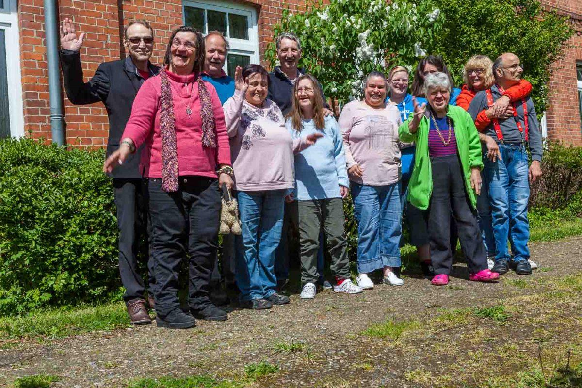 Gruppenfoto mit den Erdländern. Insgesamt wohnen hier 29 Menschen mit Hilfebedarf
