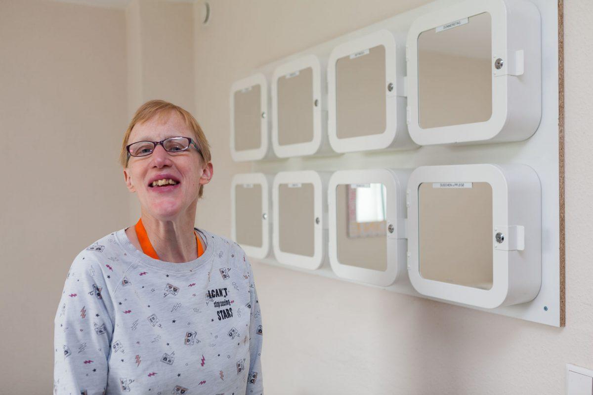 Bewohnerin Steffi E. organisiert ihr Leben in Tagesboxen