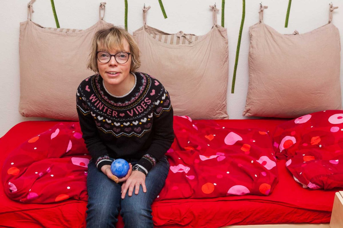 Bewohnerin Anja C. gewährt Einblick in ihr Zimmer