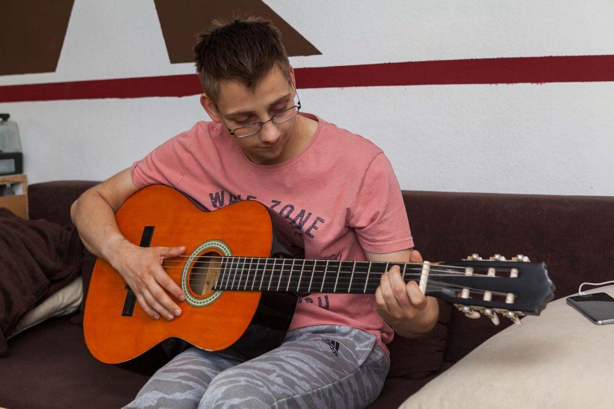 und spielt gern auf der Gitarre