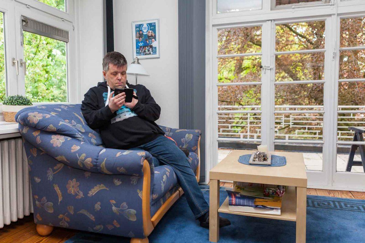 """Bewohner Matthias R., genannt """"Matze"""", genießt die Ruhe am Wochenende"""