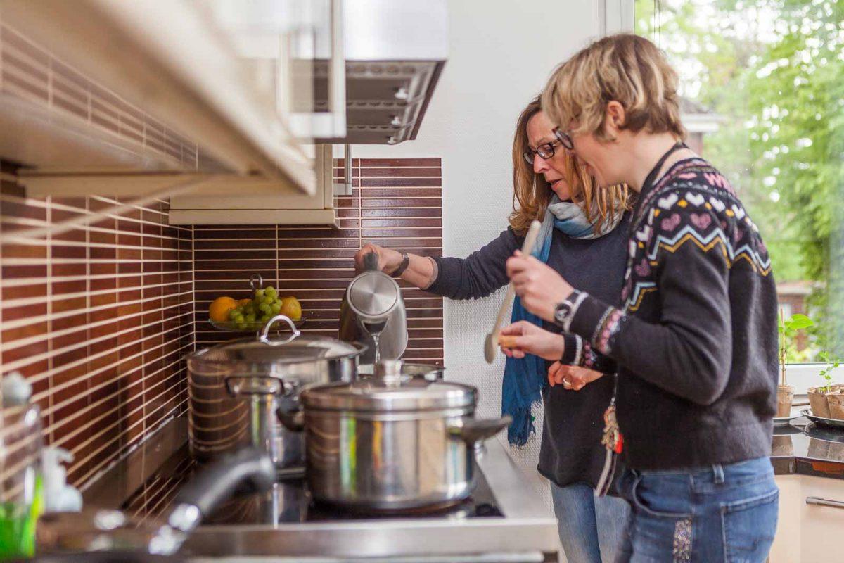 """Zusammen mit Betreuerin Susanne bereitet sie """"Spaghetti Bollo"""" zu"""