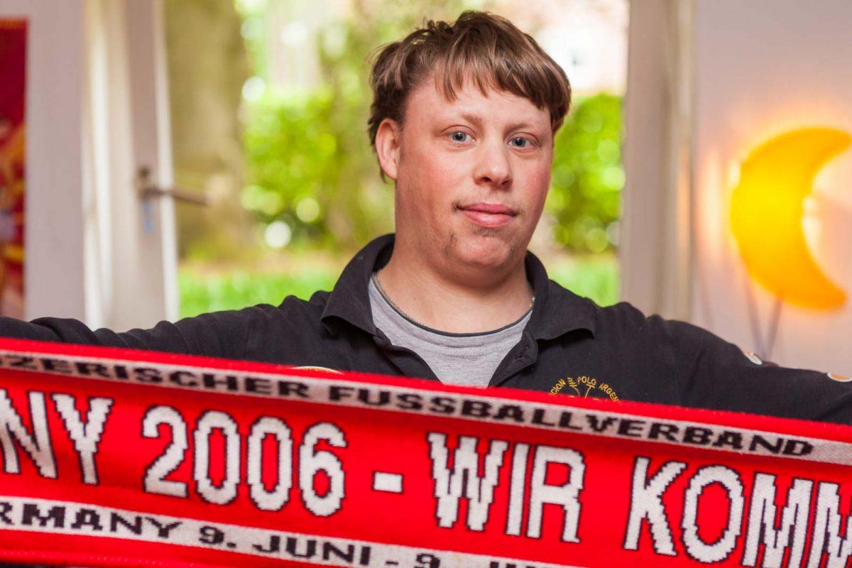 Jan K. steht auf Fußball und bewohnt die Trainingswohnung im Haus