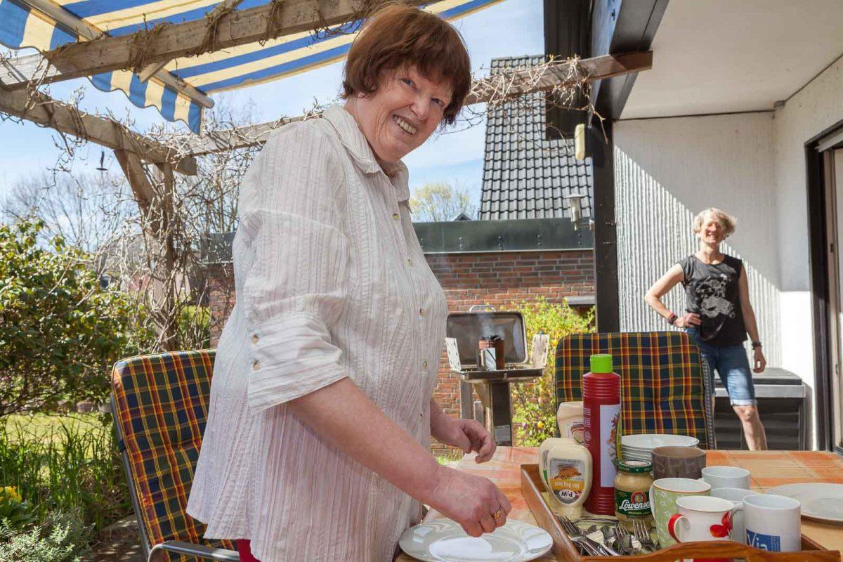 Gabi bereitet ein sonntägliches  Grillen auf der Terrasse vor