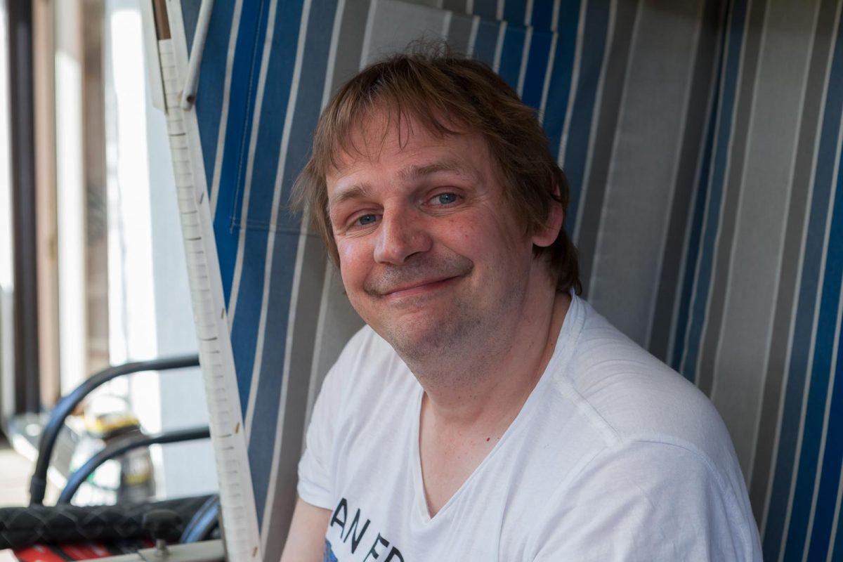 Bewohner Björn K. im hauseigenen Strandkorb