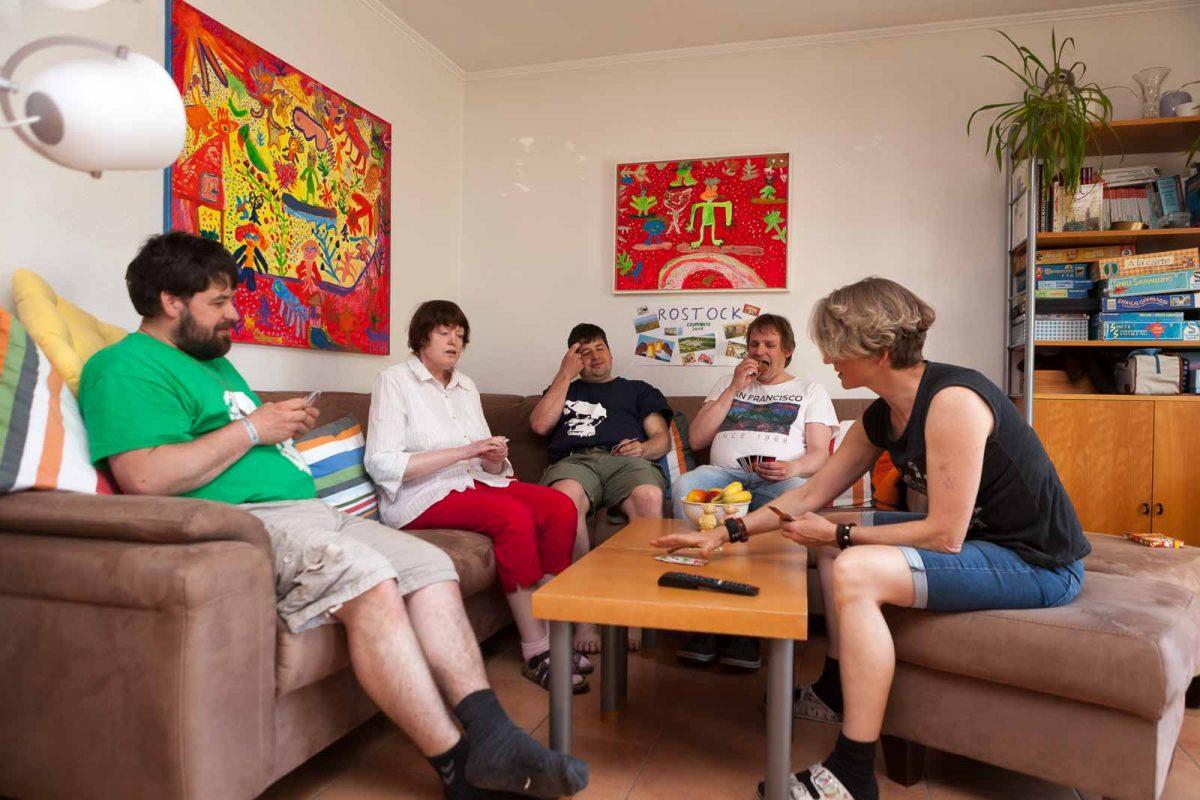 Im Wohnraum wird Karten gespielt