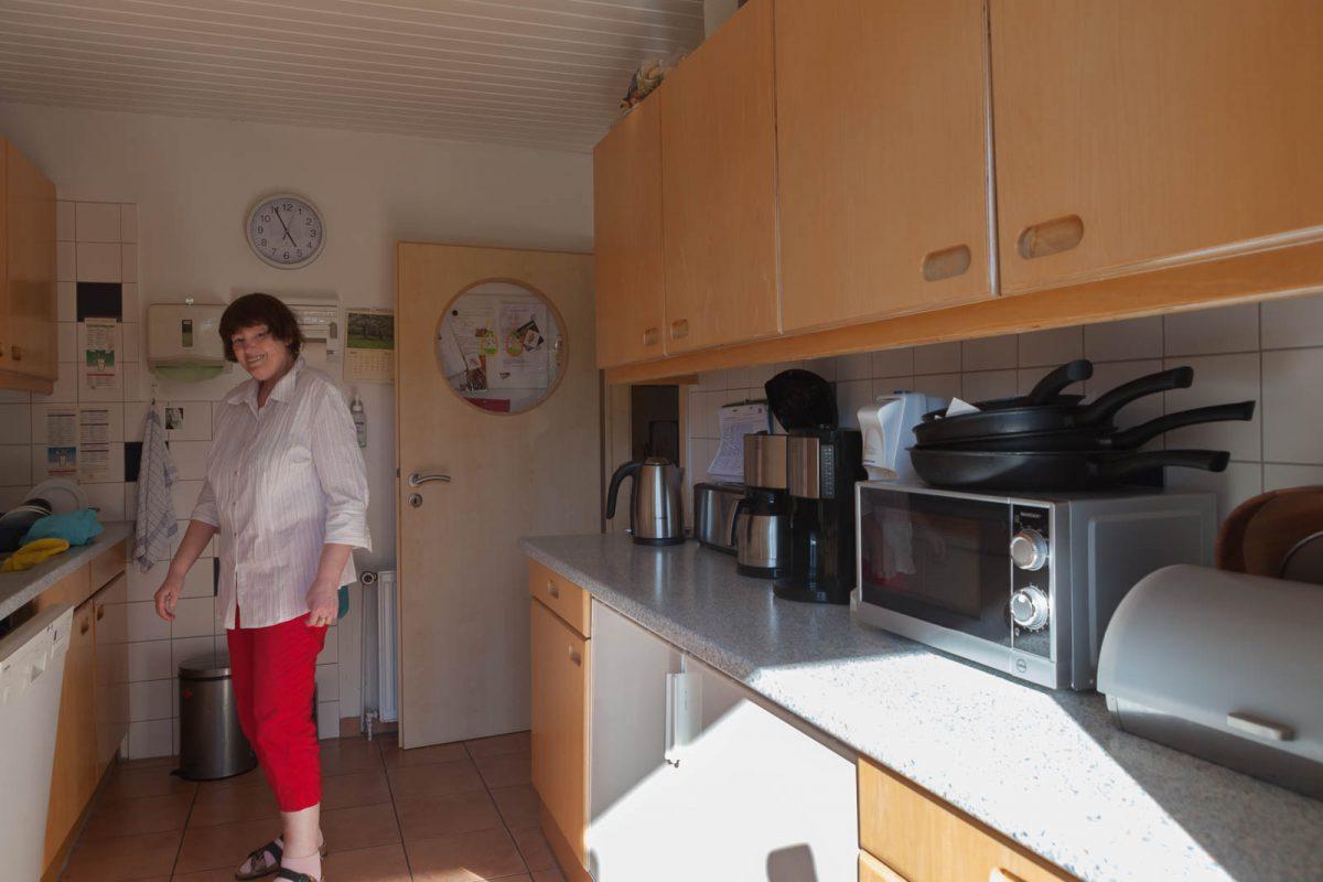 Bewohnerin Gabi K. inspiziert die Küche